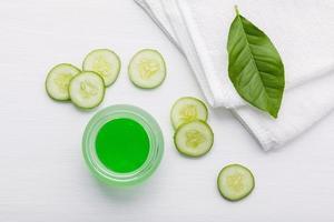 gurkskivor och aloe vera gel foto