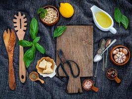 pestoingredienser med en skärbräda foto