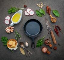 stekpanna omgiven av färska ingredienser foto