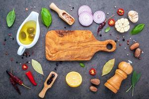 skärbräda med färska ingredienser foto
