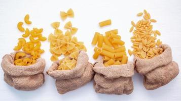 diverse pasta i säckar foto