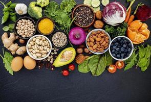 hälsosam frukt, grönsaker och nötter foto