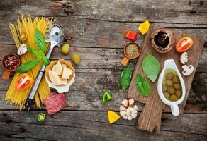 färska ingredienser på rustikt trä foto