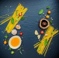 färska italienska matlagningsingredienser på skiffer foto