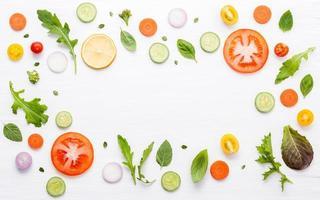 ram av färska ingredienser på en vit bakgrund foto