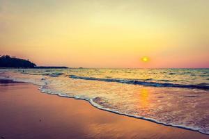 solnedgång över stranden