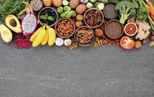hälsosamma ingredienser på mörk betong foto