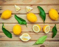 färska citroner på en rustik träbakgrund. foto