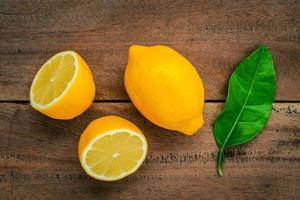 färska citroner på en rustik träbakgrund foto