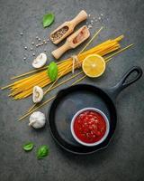stekpanna med spagettiingredienser foto