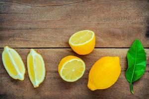 hela och skivade citroner foto
