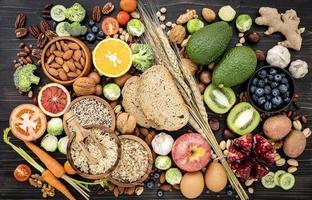 hög med hälsosam mat foto