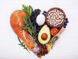 hälsosam mat i hjärtform foto