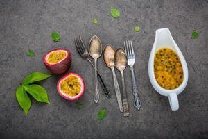 passionsfrukt med redskap foto