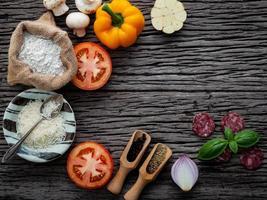 pizzaingredienser i en båge foto