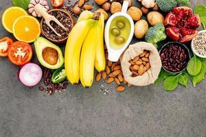 hälsosamma ingredienser på en grå bakgrund foto