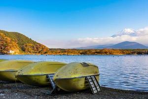 båtar och mt. fuji i japan på hösten