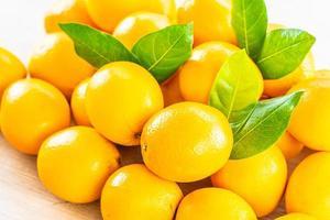 färska apelsiner på ett träbord
