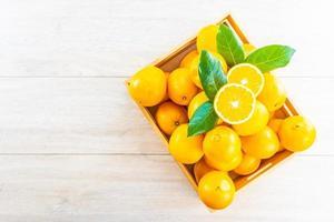 färska apelsiner i en trälåda