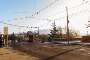gatubild med elbil i Bern, Schweiz foto