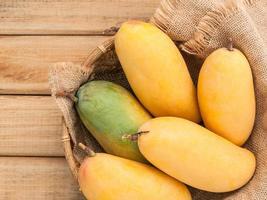 färska mango i en skål