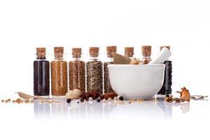flaskor med kryddor på vitt