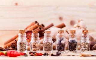 flaskor med kryddor i glasflaskor foto