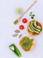 färsk avokado och andra ingredienser