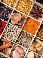 örter och kryddor i en trälåda foto