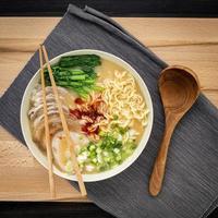 skål med ramen soppa foto