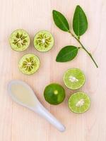 färska limefrukter på trä