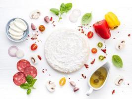färsk pizzadeg och ingredienser