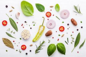 färska ingredienser på vit trä bakgrund foto