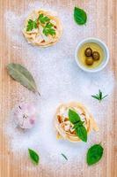 italiensk matkoncept på en skärbräda foto