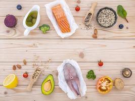 fisk och ingredienser på ett bord foto