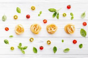 pasta med tomater och basilika foto