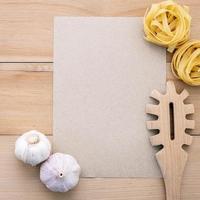 meny mock-up med pasta och vitlök foto