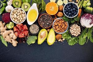 nötter, frukt och grönsaker platt låg foto