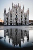 ett reflektionsskott av duomo di milano på morgonen
