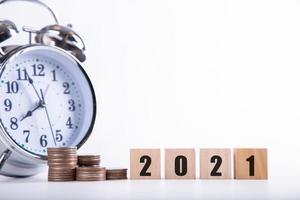 Nytt år 2021 som sparar pengar med träord 2021, pengar-sparande koncept foto