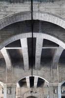 kolonnarkitektur på gatan i bilbao city, spanien foto