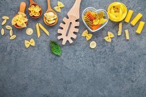 träredskap och pasta foto