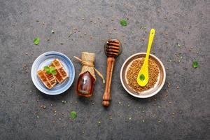 rå honung i flera former foto