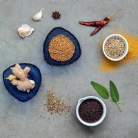 ovanifrån av kryddor i skålar foto