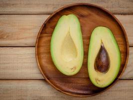 halverad avokado på trä foto