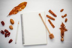 kryddor och en anteckningsbok foto