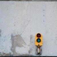 ett trafikljus på gatan i bilbao city, spanien foto