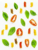 pasta, basilika och tomater foto