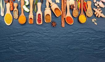 kryddor och örter i skopor foto