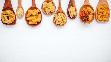 olika pasta i skedar med kopieringsutrymme foto
